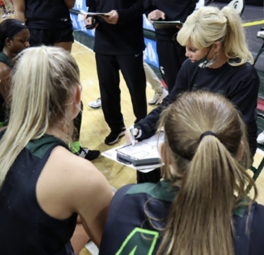 Suzy+Merchant+draws+up+a+play+inside+the+huddle%2F+Photo+Credit%3A+MSU+Athletic+Communications%0A%0A