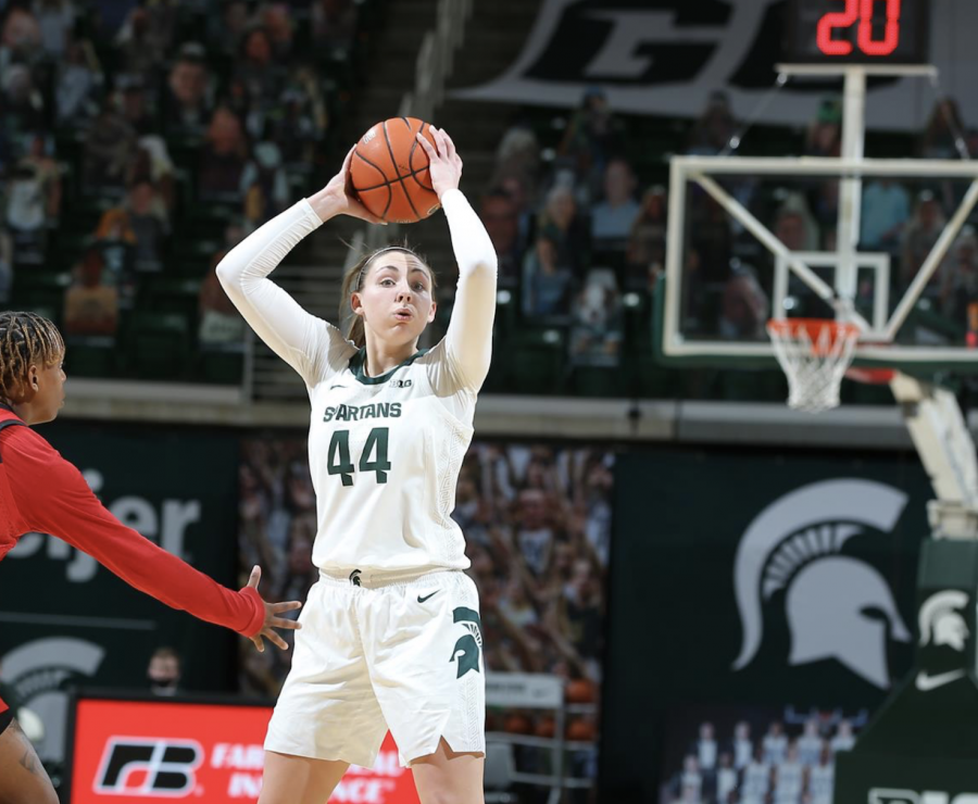 +Kendall+Bostic+attempts+to+throw+a+pass+into+the+paint%2F+Photo+Credit%3A+MSU+Athletic+Communications%0A%0A%0A