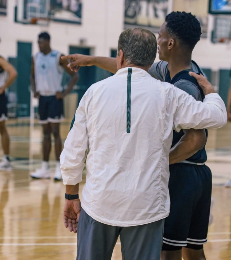 MSU+head+coach+Tom+Izzo+talks+with+new+transfer+point+guard+Tyson+Walker+during+summer+practice%2F+Photo+Credit%3A+MSU+Athletic+Communications+
